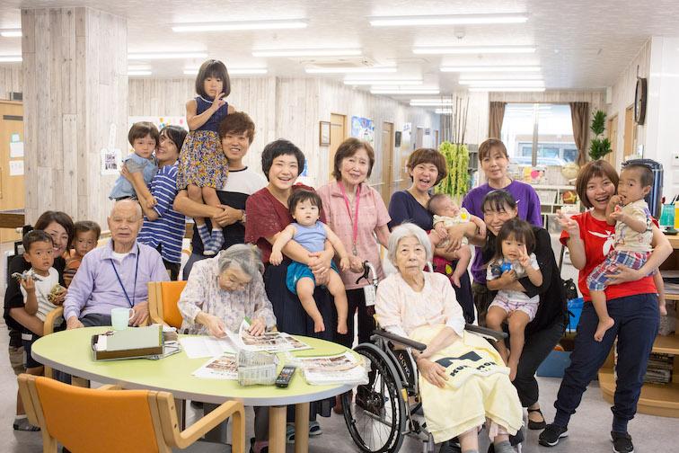 【写真】はっぴーの家の集合写真。子供から高齢者の方までおり、楽しそうだ