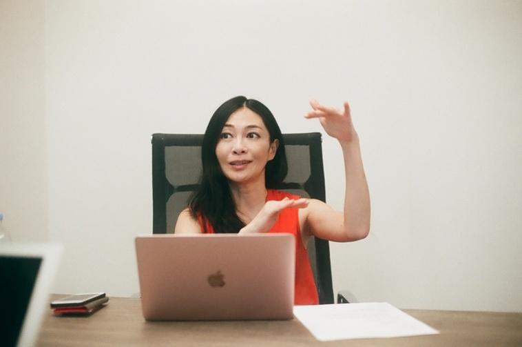 【写真】身振りをつけて話をする小澤さん