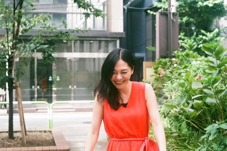【写真】明るい日差しのなかで、自然体の表情で笑っている小澤さん