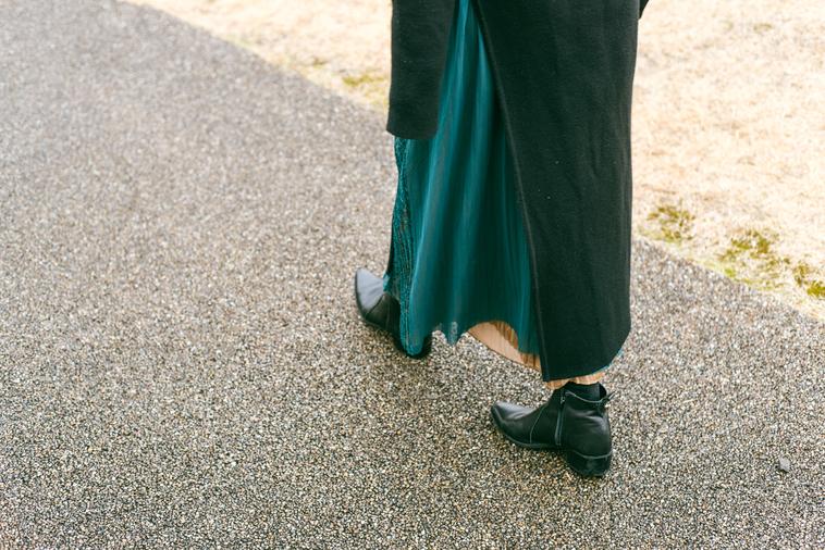 【写真】歩きながら話をする青木さん