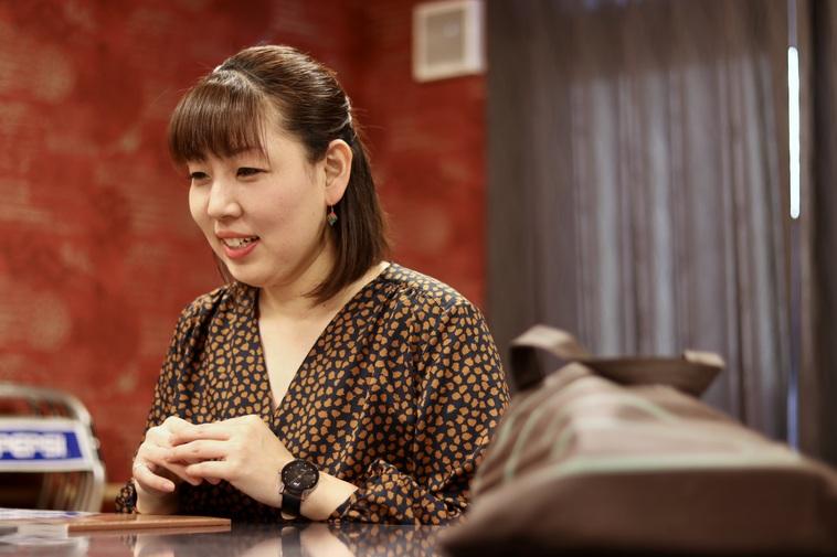 【写真】微笑みながらインタビューに答えるあづみさん