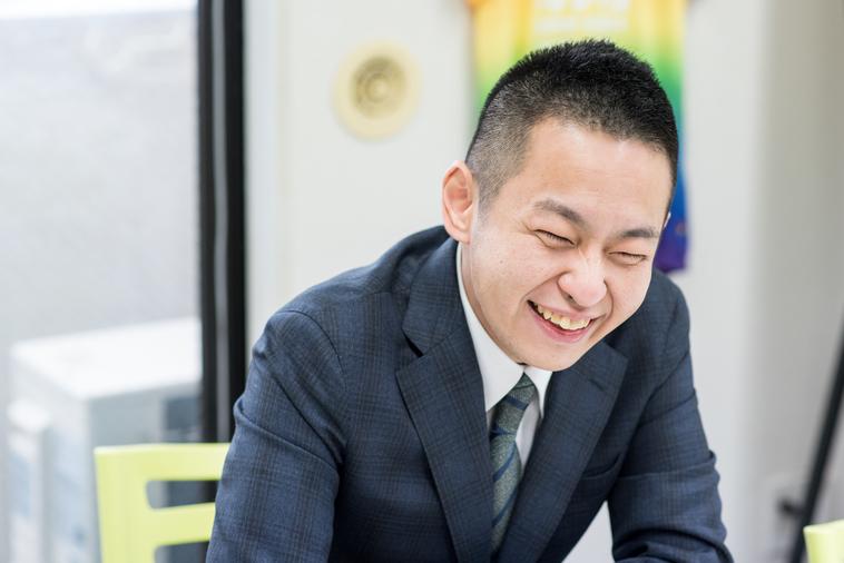 【写真】笑顔でインタビューに応えるやくしさん