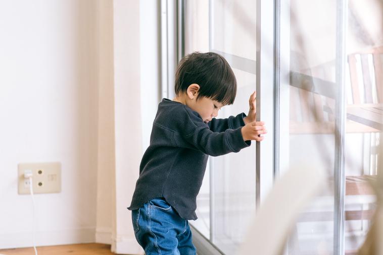 【写真】室内で遊んでいるりょうくん