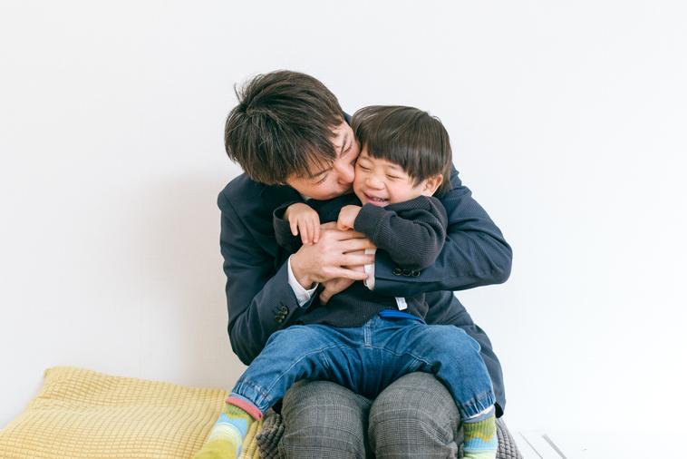 【写真】笑顔のりょうくんをぎゅっと抱きしめるあきひとさん