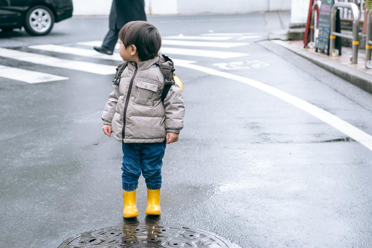 【写真】外を歩くりょうくん