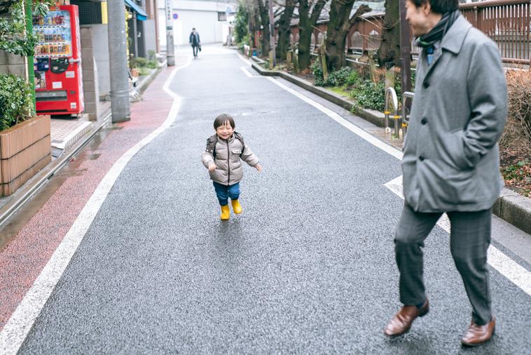【写真】元気よく走るりょうくんと、その様子を見つめるあきひとさん