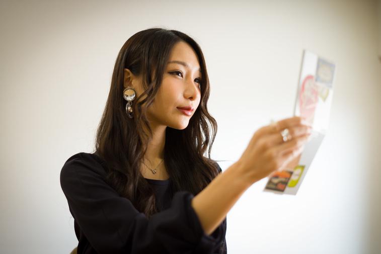 【写真】普段持ち歩いている手鏡を見るまりこさん