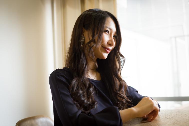 【写真】笑顔でインタビューに応えるまりこさん