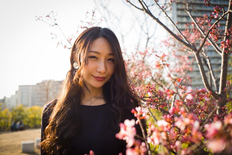【写真】梅の花の前でとてもいい笑顔を見せてくれたまりこさん
