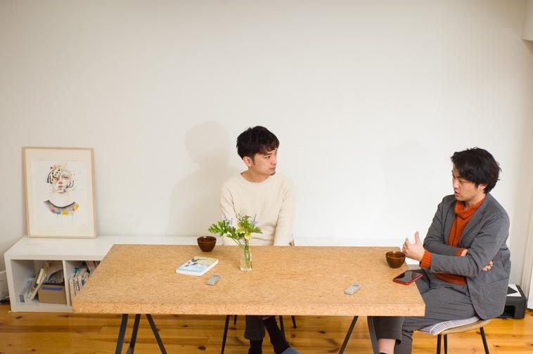 【写真】椅子に座り会話をしているすずきとやすださん