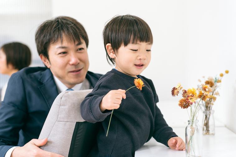 【写真】楽しそうに遊ぶりょうくんを山口さんが愛おしそうに見つめている
