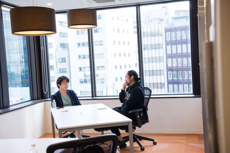 【写真】インタビューに答えるいえいりさんとライターのすずき