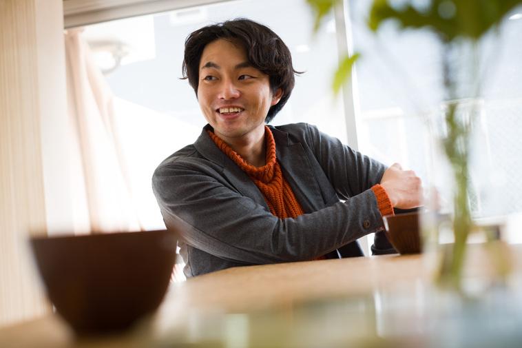 【写真】インタビューに応えるすずき、笑みを浮かべている。