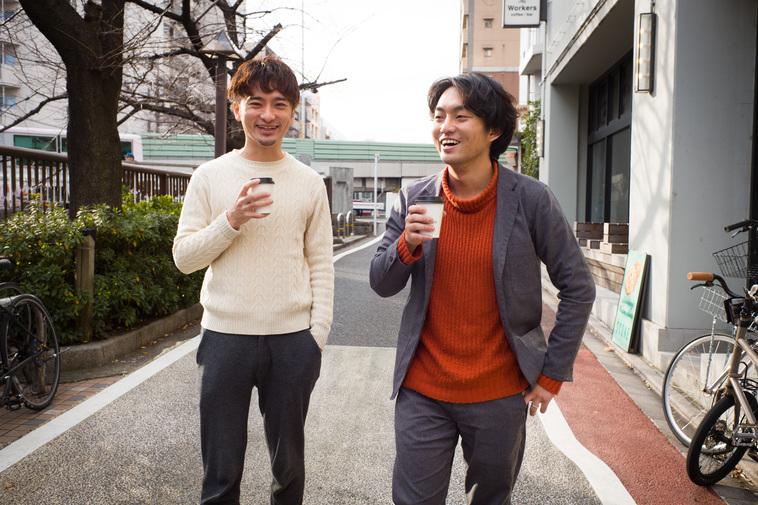 【写真】楽しそうに会話をしながら散歩をしているやすださんとすずき