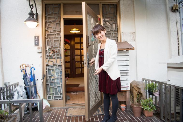 【写真】玄関を開けて笑顔で迎えてくれるやまなかさん