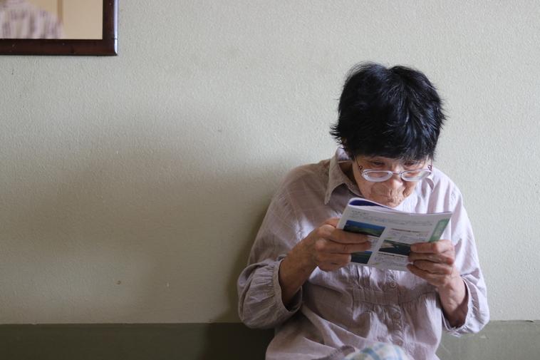 【写真】雑誌を眺める祖母