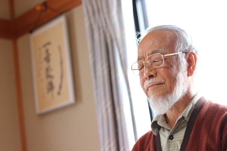 【写真】目をつぶって尺八を吹く祖父