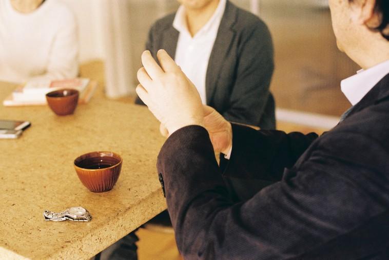 【写真】インタビューに応えるむかいやちさん