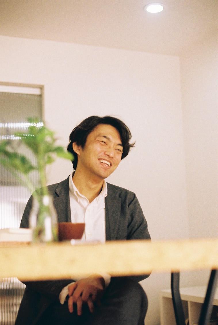 【写真】笑顔で話をするすずき