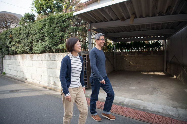 笑顔で歩くおおしまさんとまつもとさん