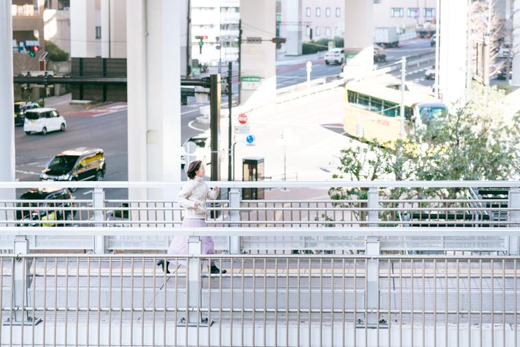 【写真】街中を歩いているあみさん