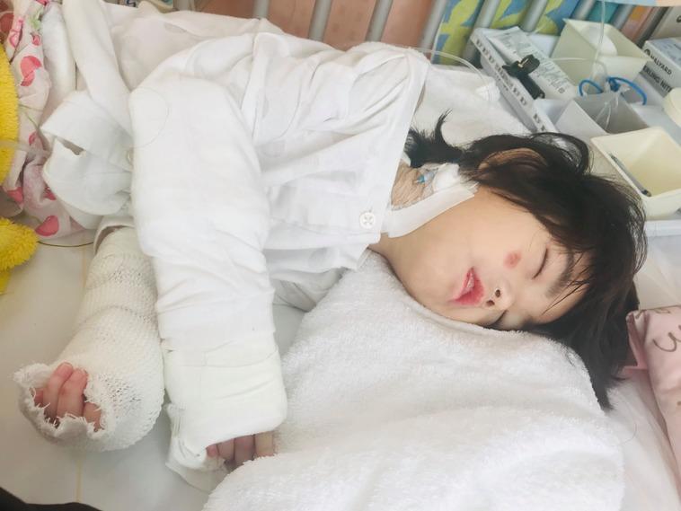 【写真】ベッドで横になる菜生ちゃん