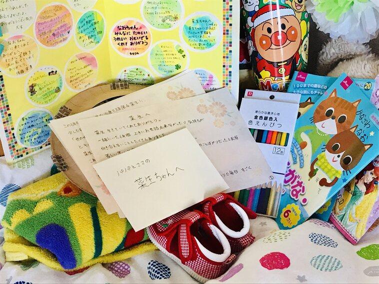 【写真】ベッドの上に手紙やおもちゃが置かれている