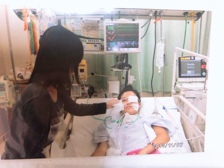 【写真】入院していた当時、病院のベッドで横たわる法亢さん