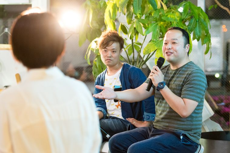 ゲストの2人が、手振りを交えながら話している