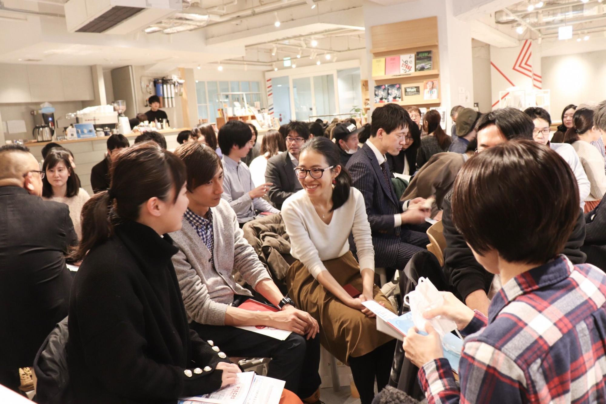 参加者同士のワークショップで盛り上がるイベント会場の様子