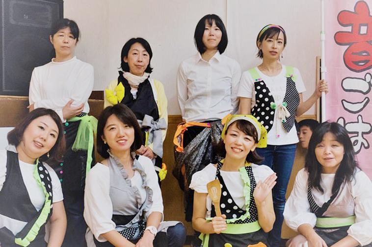 【写真】おとごはんのメンバーのみなさまが笑みを浮かべている