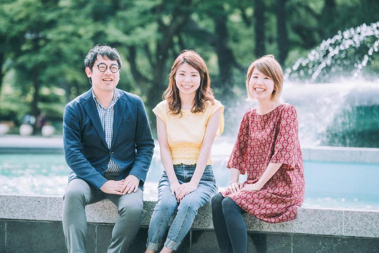【写真】アンリーシュ理事メンバー2人と金澤さんが笑顔でこちらを見ている