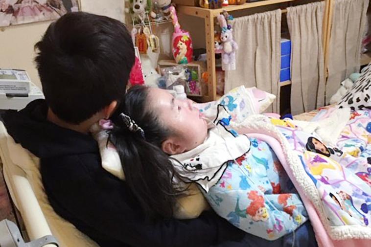 【写真】背中から美音さんを抱きしめる弟さん