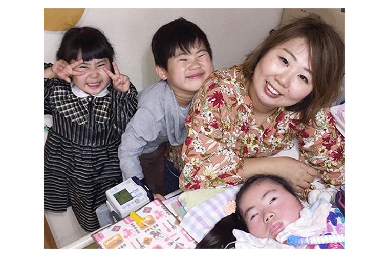 【写真】ミオンさんに寄り添うようにご家族が集まっている。