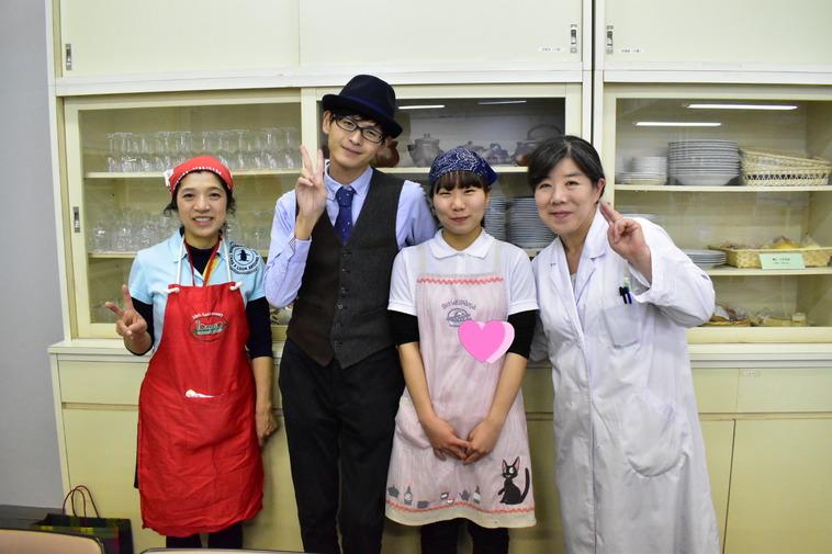 【写真】キッチンでしんちゃん含む4人の人が笑顔を向けている