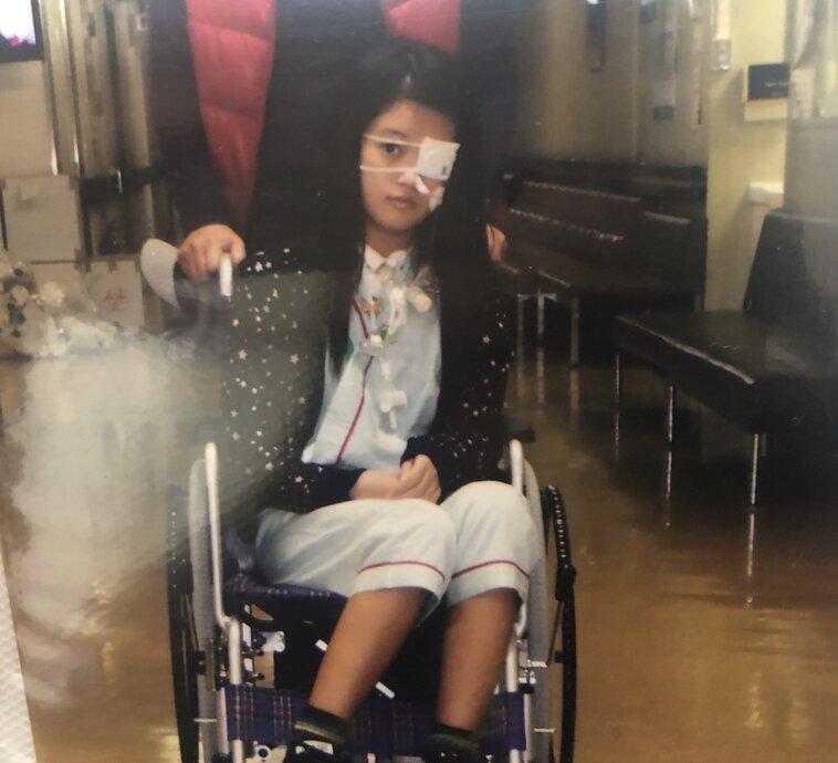 【写真】車椅子に乗り、片目に眼帯をしている手術後の法亢さん