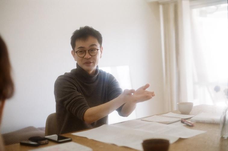 【写真】質問の説明をするライターの西山