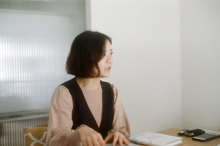 【写真】インタビューにこたえる桜林さん