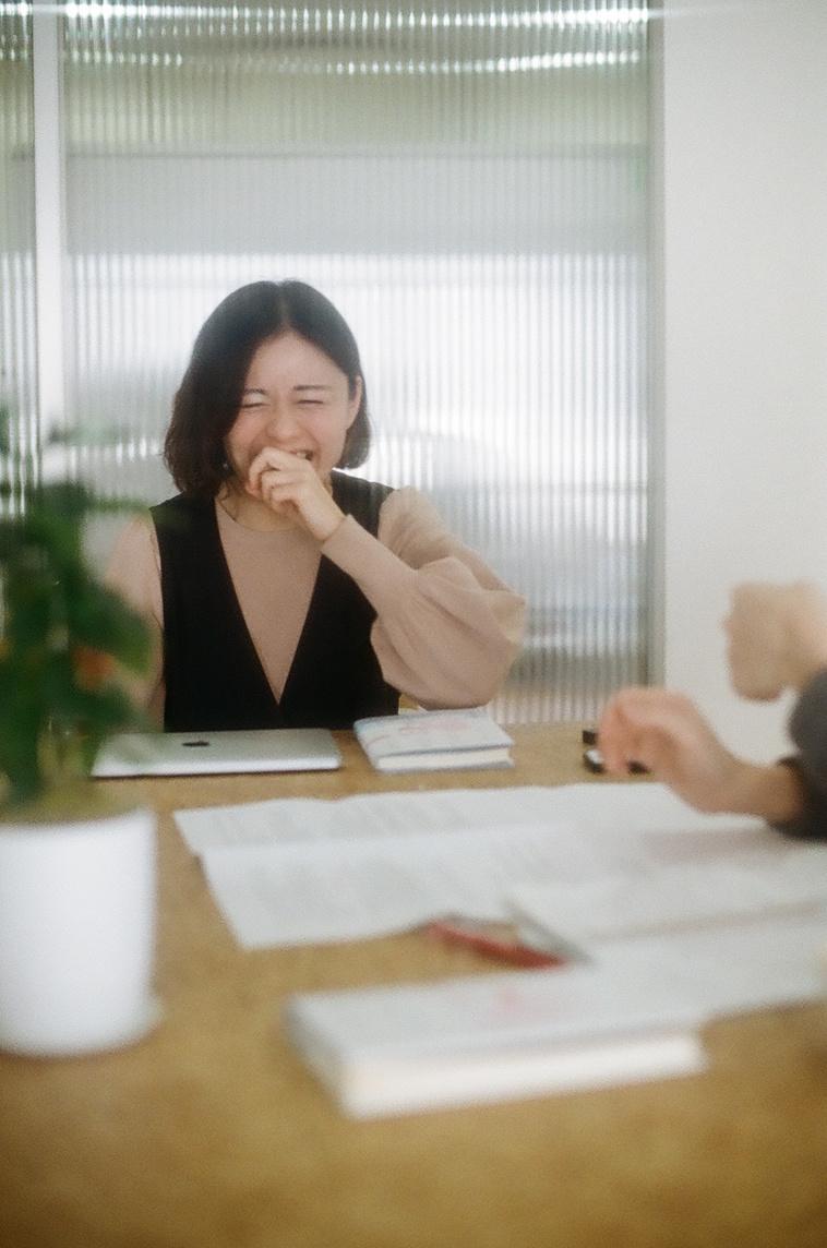 【写真】話しながら笑っている桜林さん