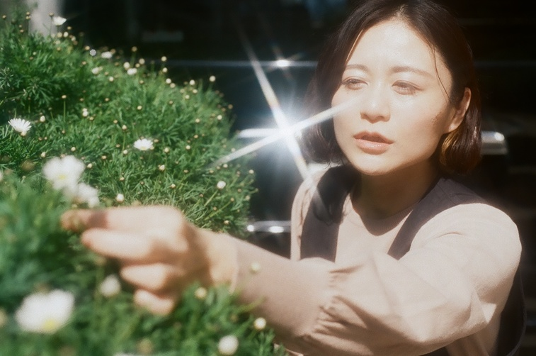 【写真】穏やかな表情の桜林さんに陽の光が差している