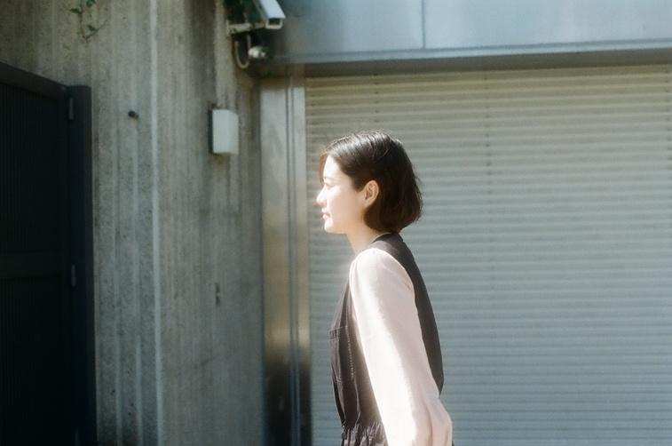 【写真】道路を歩く桜林さん