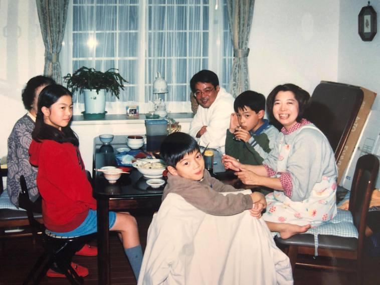 【写真】小さいころ家族でご飯を食べているみやざきさん