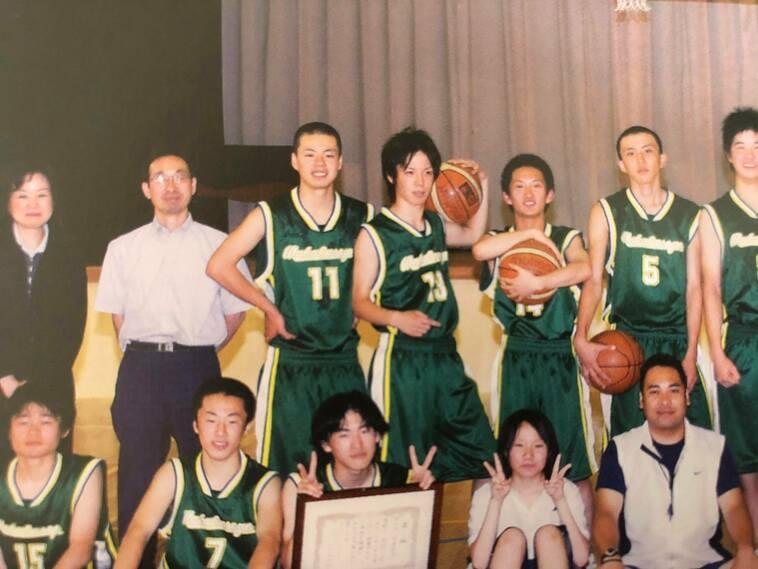 【写真】学生時代バスケットボール部のみんなと並んでいるみやざきさん
