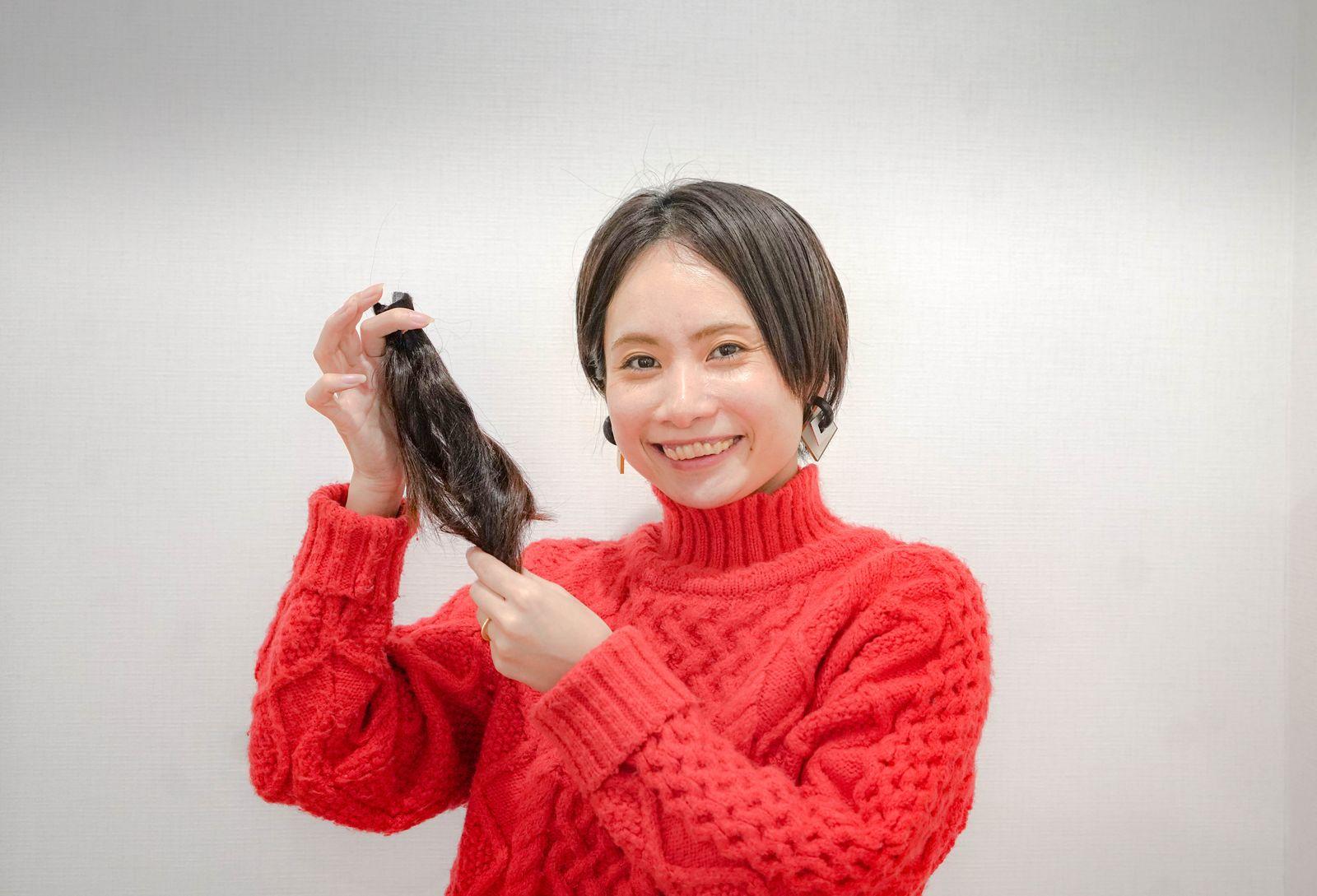 自身の提供した髪を見せる、くどうみずほ