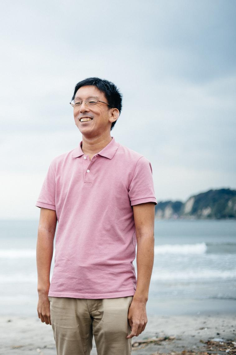 【写真】海岸で笑みを浮かべて立つかとうてつおさん