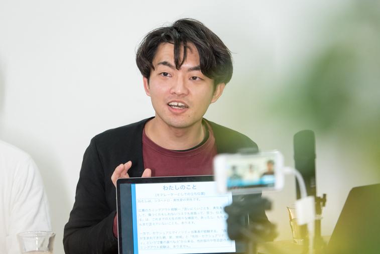 【写真】配信のカメラに向かって話をする鈴木