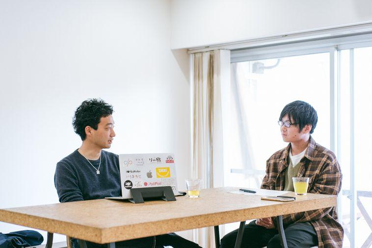 【写真】いまいさんとライターさとうが椅子に座って向き合い話をしている