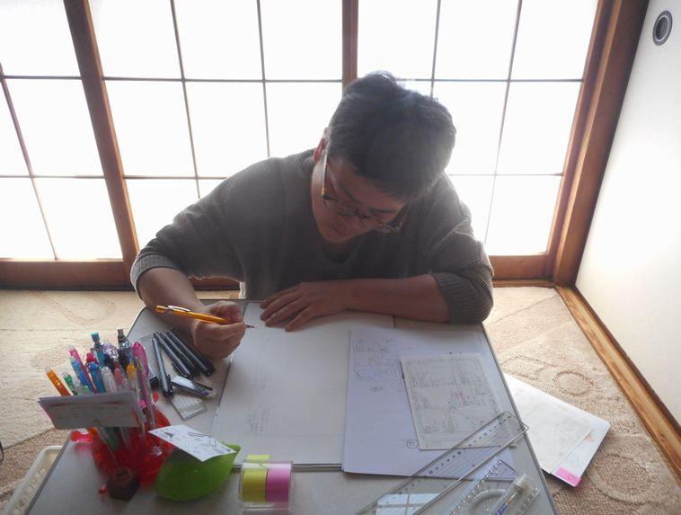 【写真】家で漫画を描くオカダガルさん