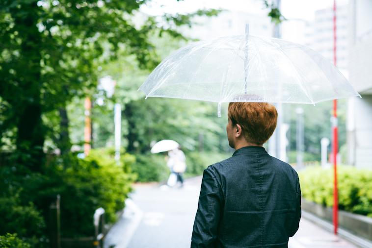 【写真】緑の中を穏やかに歩くshin5さん