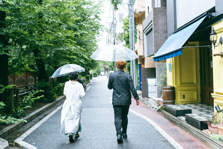 【写真】歩きながら話をするライターの徳とshin5さん